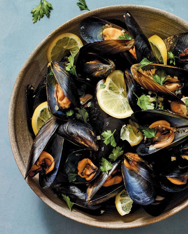 640_Garlicky Mussels_020_Siss_9781984822390_art_r1